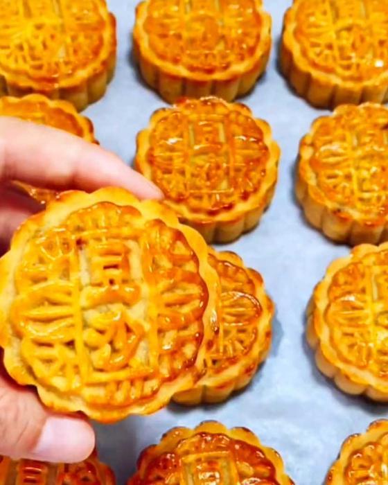People gather to eat mooncakes during the Mid-Autumn Festival.
