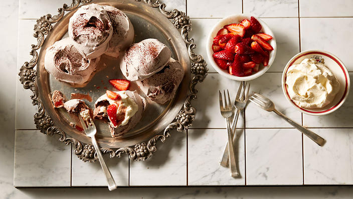 Chocolate meringues with vincotto strawberries