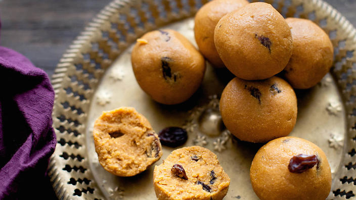 Chickpea flour sweets (besan ladoo)