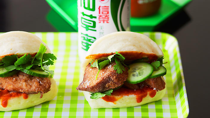 Chinese steamed buns filled with crisp, spiced chicken (mantou jiaoyan ji)