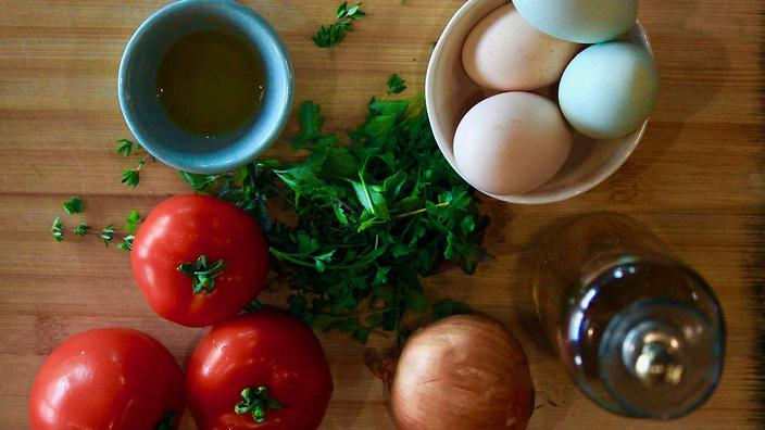Jaja i pome uses a simple collection of ingredients, heroing tomato and egg.