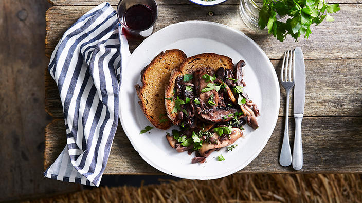 Pan-fried mushrooms in red wine