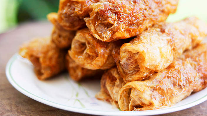 Fried pork rolls in bean curd skin (lor bak)