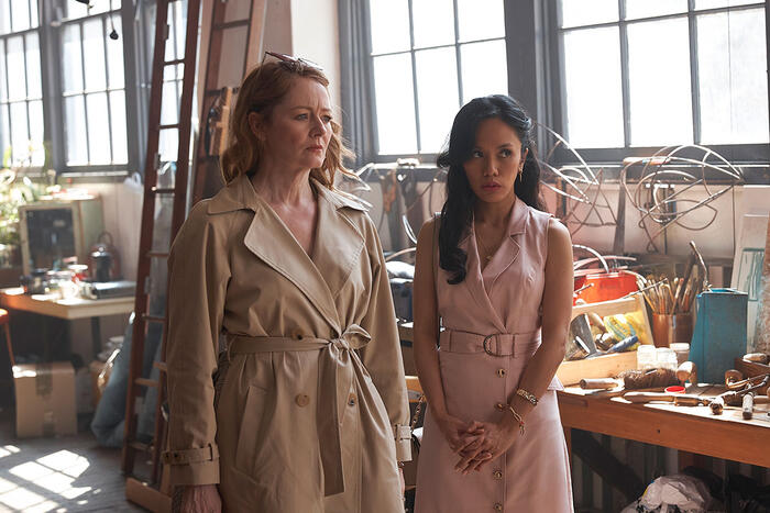 Sara Beasley (Miranda Otto) and Evie (Aina Dumlao) in THE UNUSUAL SUSPECTS