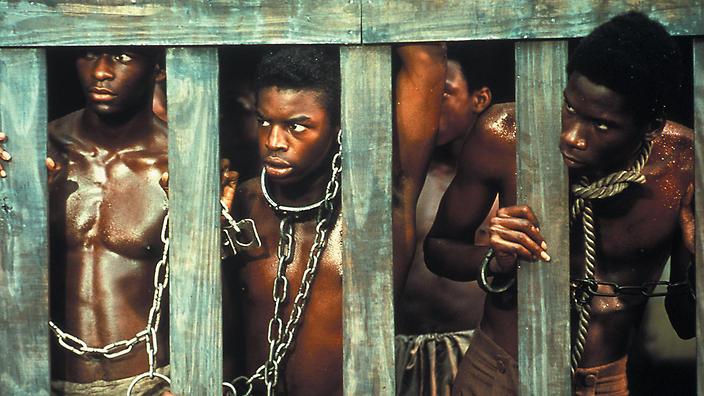 Esclavos desnudos encadenados