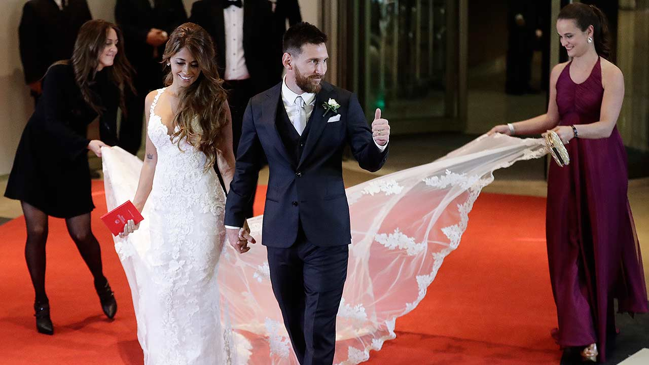 Matrimonio Messi : Lionel messi marries in wedding of the century sbs news