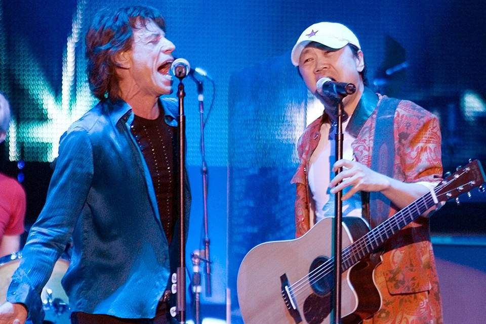 Mick Jagger performs with Cui Jian in Shanghai, April 2006 (AAP).