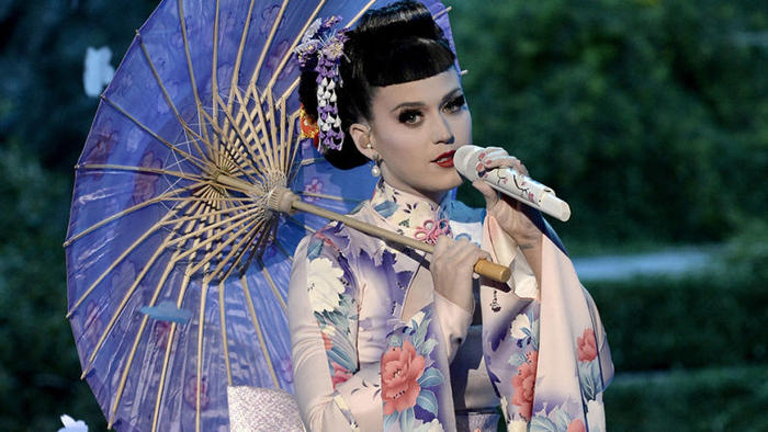 Katy Perry dressed as a geisha for her AMAs performance 2013