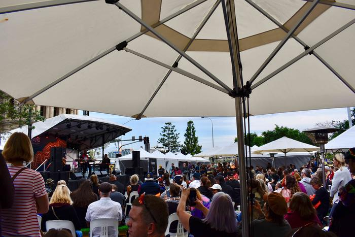 The crowd at Meeanjin markets watching Archie Roach perform.