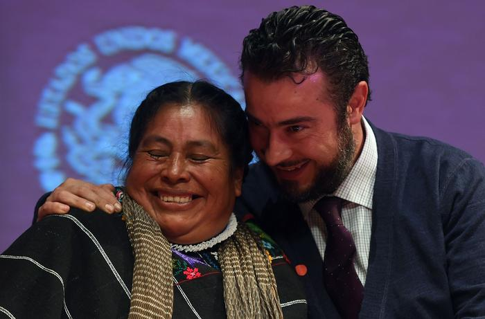 Hnahnu indigenous women Jacinta Francisco (L) jokes with the director of Miguel Agustin Pro Juarez Human Rights Centre Mario Patron during the public apology.