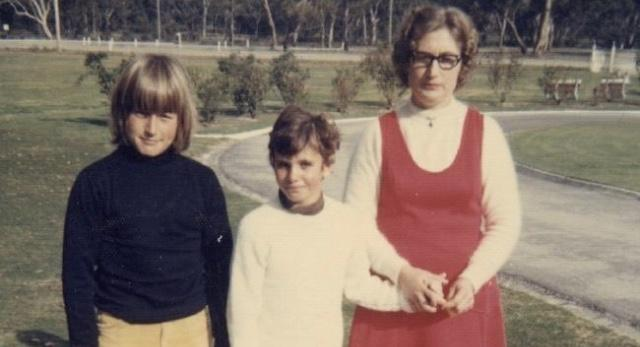 Jane Rosengrave (centre) aged seven years old