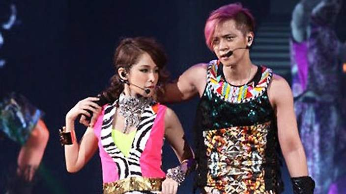 Show Luo and Elva Hsiao dancing together