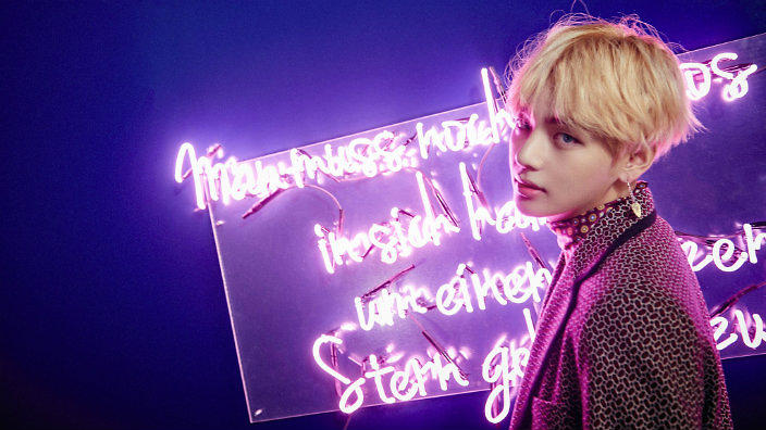 BTS V Playfully Pulls A Fans Hair At Autographing Event Fan Responds