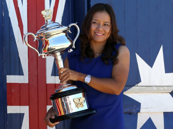 China's Li Na posing for photos at Brighton Beach with her Australian Open trophy in 2014.