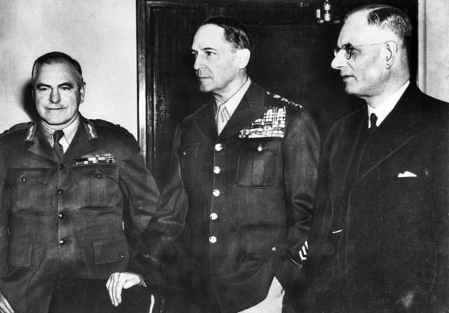 Head of the Australian Military Forces Thomas Blamey, left, stands with US General Douglas Macarthur, centre, and Prime Minister John Curtin (Australian War Memorial)