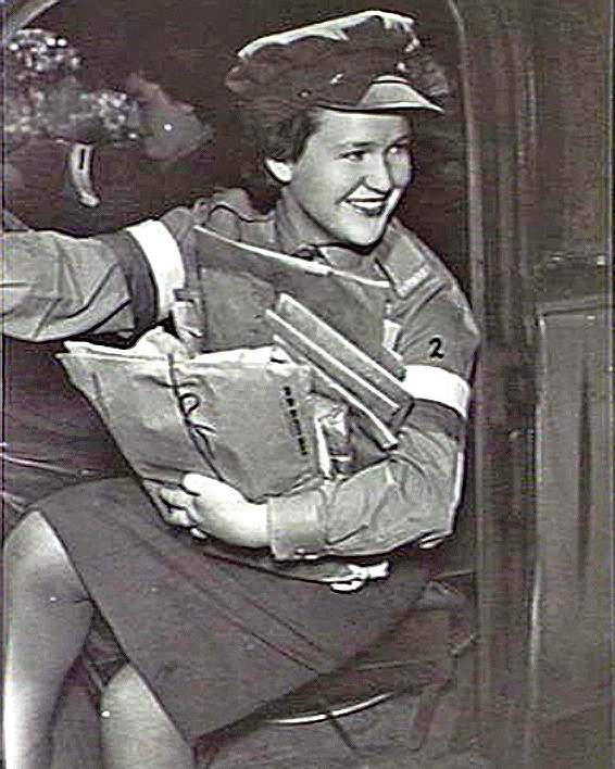 Female dispatchers drove jeeps, unlike their male counterparts who rode motorcycles (Australian War Memorial)