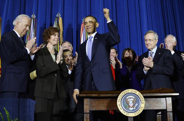 US President Barack Obama (C) gestures a