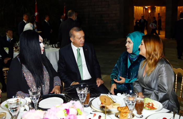 The president, his wife and Bulent Ersoy seated around a table with another Turkish singer