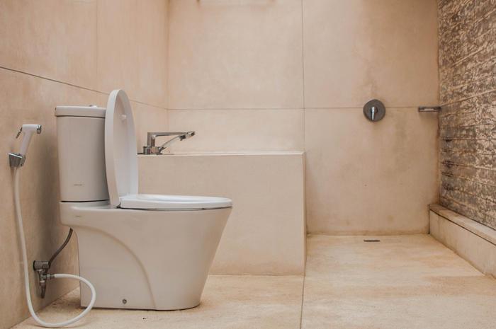 An old-fashioned design of a modern bathroom