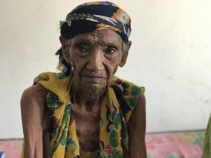 Alawiya Mohammed Maree is over 100 years old. She lives in an unused building, or collective centre, hosting multiple families in Hudaydah City in Yemen. Alawiya and her family were displaced after a bomb destroyed their family home.