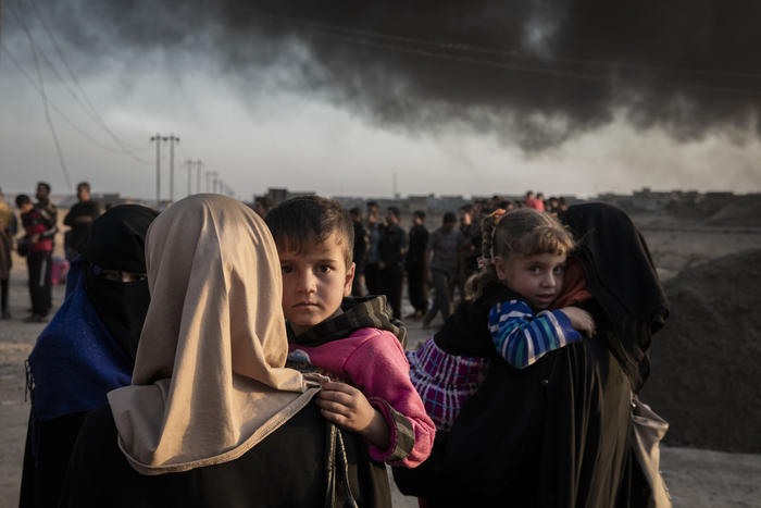 Iraqi families displaced by fighting in the village of Shora, 25 km south of Mosul, reach an Iraqi army checkpoint on the northern outskirts of Qayyarah.