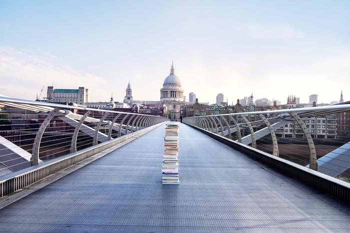 Free books up for grabs on London' s Millennium Bridge.