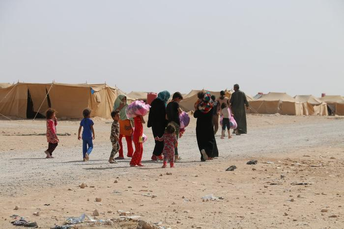 Distributions in Mosul: Women and children trapped at the front lines receive food and clothing from HERA.